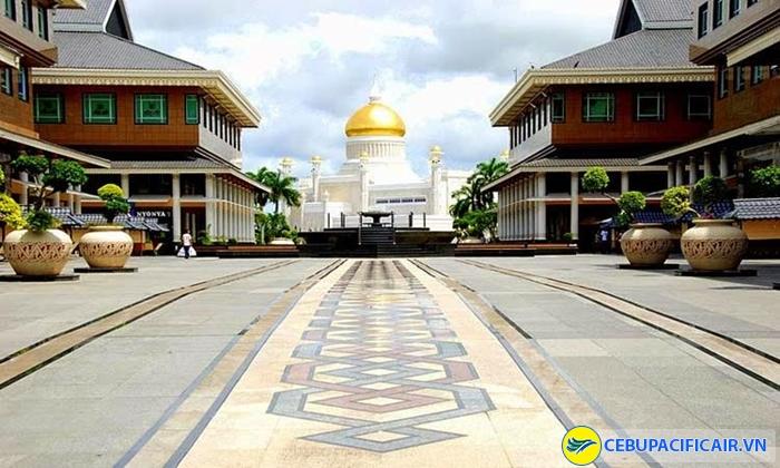Khuôn viên rộng lớn bên trong cung điện hoàng gia Brunei Istana Nurul Iman