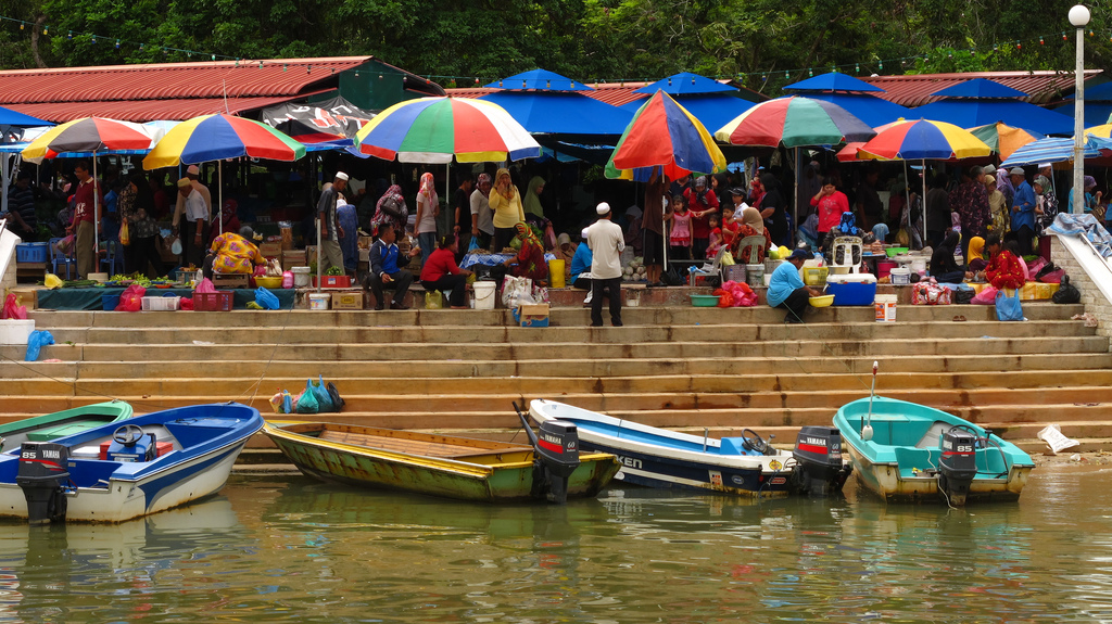 Mua sắm giá rẻ ở chợ Tamu Kianggeh