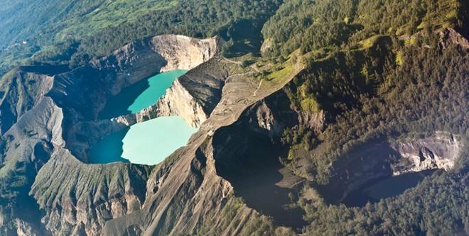 Hồ sinh ba đổi màu kỳ lạ ở Indonesia