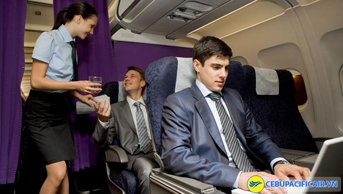 Nước uống được phục vụ miễn phí trên mọi chuyến bay