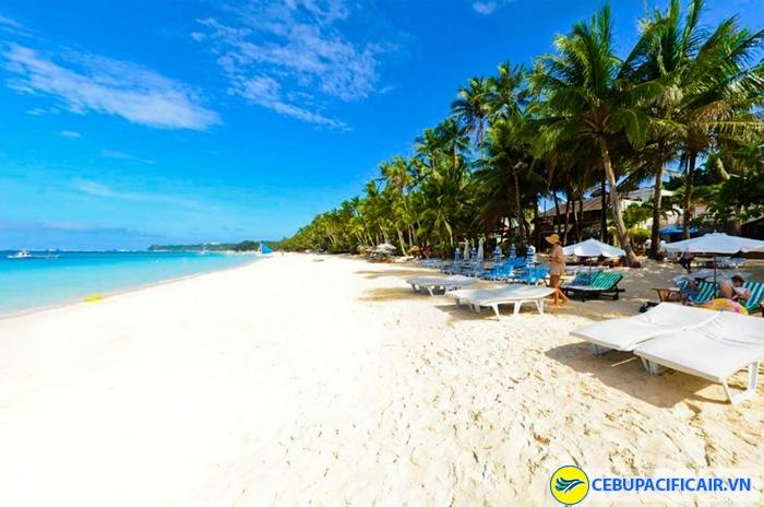 Boracay nổi tiếng với bãi cát trắng mịn, nước biển xanh trong và những hàng cọ dài thẳng tắp