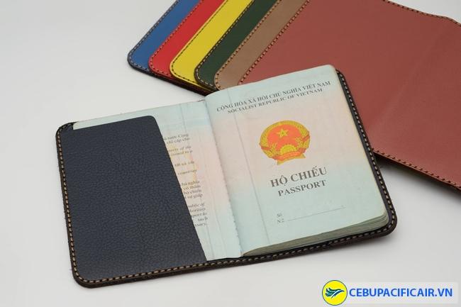Nên trang bị một bao hộ chiếu chống thấm nước để đề phòng hộ chiếu bị rách, hỏng, ẩm ướt