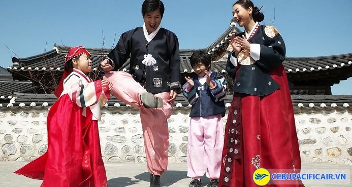Người Hàn Quốc mặc Hanbok vào dịp Tết