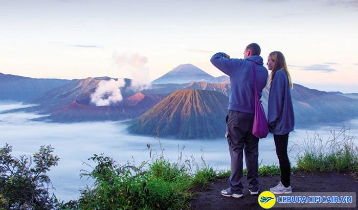 Leo núi lửa để ngắm cảnh mặt trời mọc